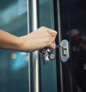 החלפת ידית לדלת כניסה בבית ובעסק